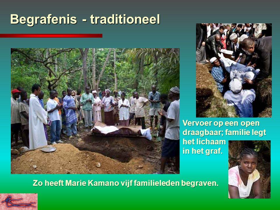 Begrafenis - traditioneel Vervoer op een open draagbaar; familie legt het lichaam in het graf. Zo heeft Marie Kamano vijf familieleden begraven.
