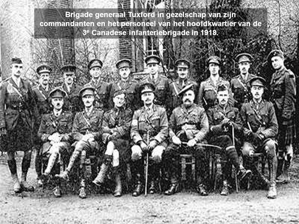 Brigade generaal Tuxford in gezelschap van zijn commandanten en het personeel van het hoofdkwartier van de 3 e Canadese infanteriebrigade in 1918.