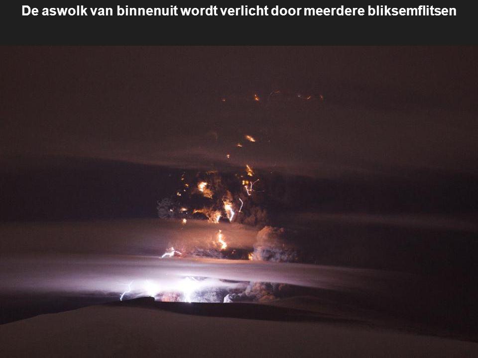 Bliksemflitsen en gloeiende lava verlichten delen van de massale aswolk Eyjafjallajokull in deze 30-seconden belichtingstijd foto Vanuit Nederland en