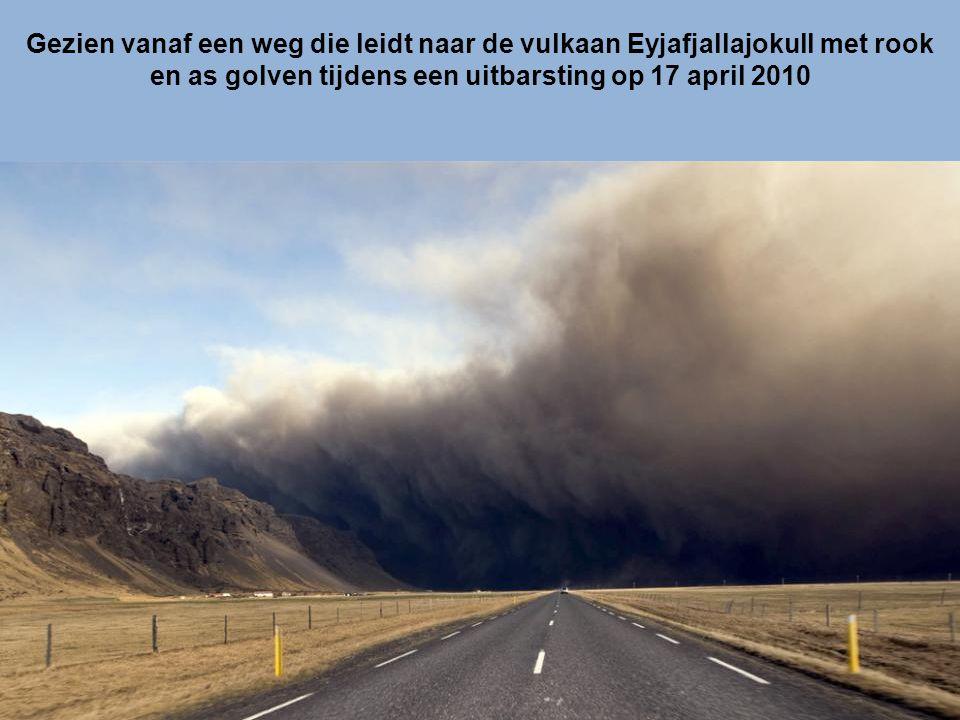 Bliksem, rook en lava boven Eyjafjallajokull vulkaan