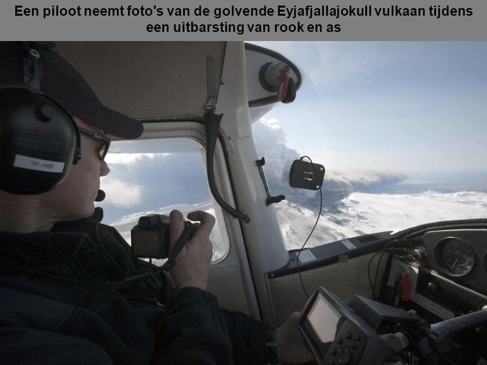 Deze luchtfoto toont de krater, spuugt as en pluimen van grit op de top van de vulkaan in het zuiden van IJsland