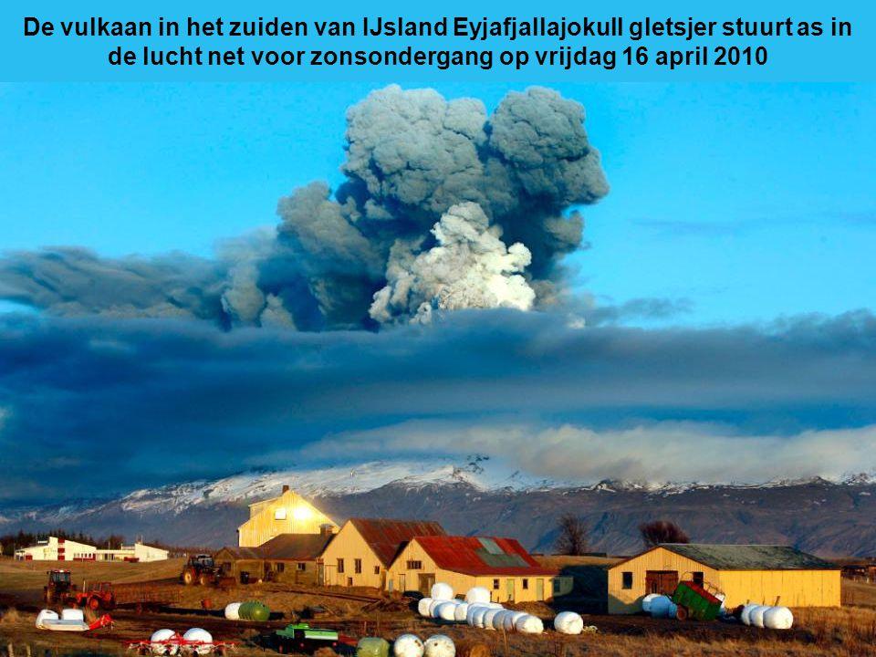 Bliksem strepen langs de hemel als lava uit een vulkaan stroomt in Eyjafjallajokull