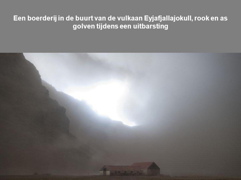 De vulkaan in het zuiden van IJsland Eyjafjallajokull gletsjer stuurt as in de lucht net voor zonsondergang op vrijdag 16 april 2010