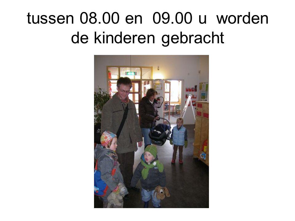 tussen 08.00 en 09.00 u worden de kinderen gebracht