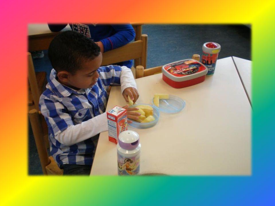 De helpende handjes delen het eten en drinken uit.