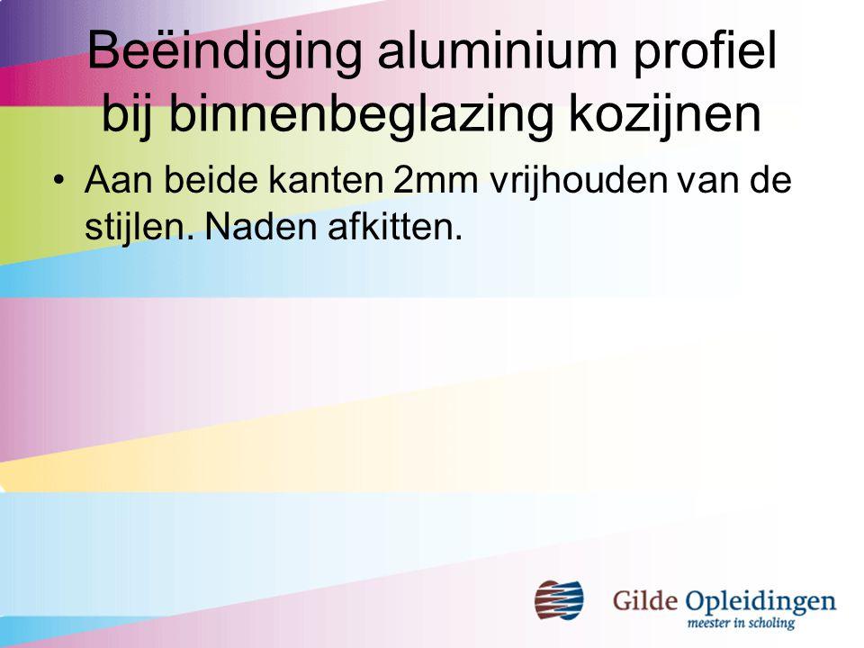 Beëindiging aluminium profiel bij binnenbeglazing kozijnen Aan beide kanten 2mm vrijhouden van de stijlen. Naden afkitten.