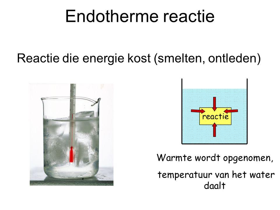 Endotherme reactie Reactie die energie kost (smelten, ontleden) Warmte wordt opgenomen, temperatuur van het water daalt