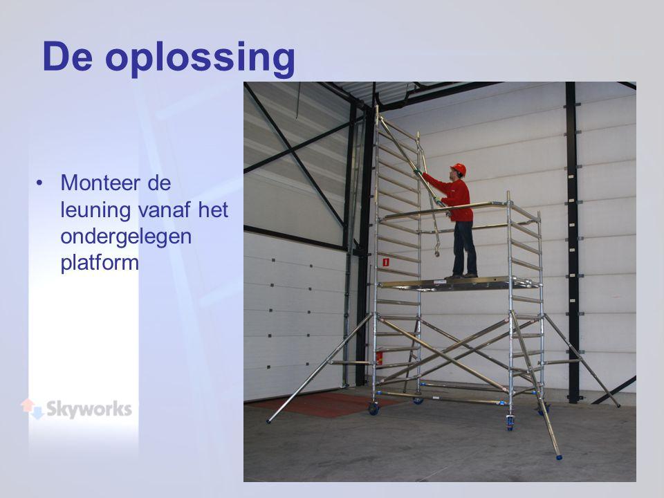 De oplossing Monteer de leuning vanaf het ondergelegen platform