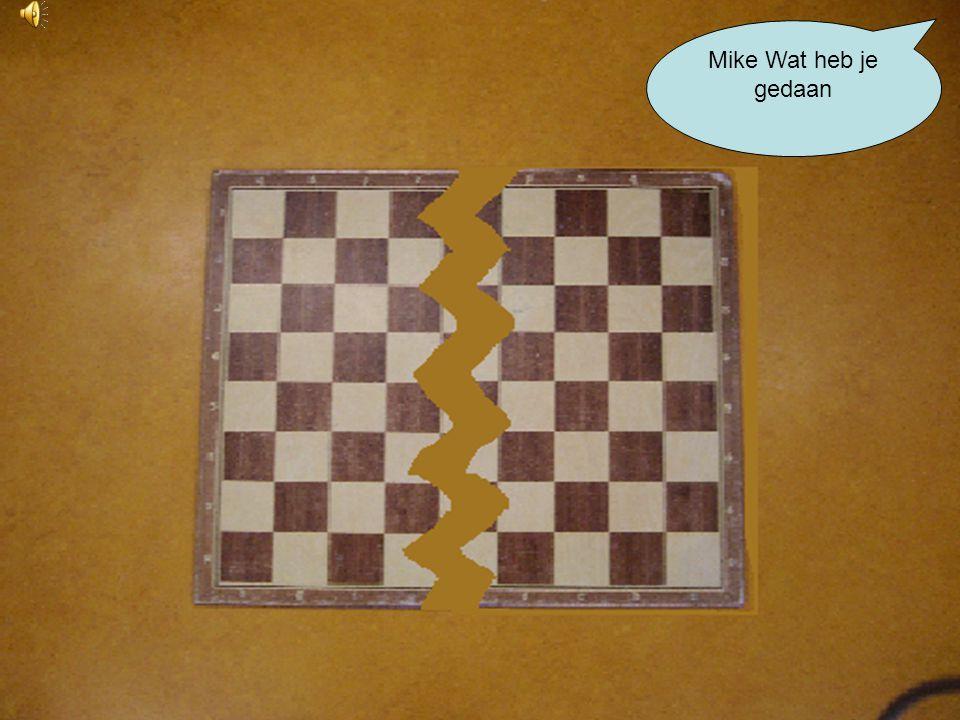 Mike is zo boos, dat hij het schaakbord stuk op de grond gooit Waarom kan ik niet goed schaken
