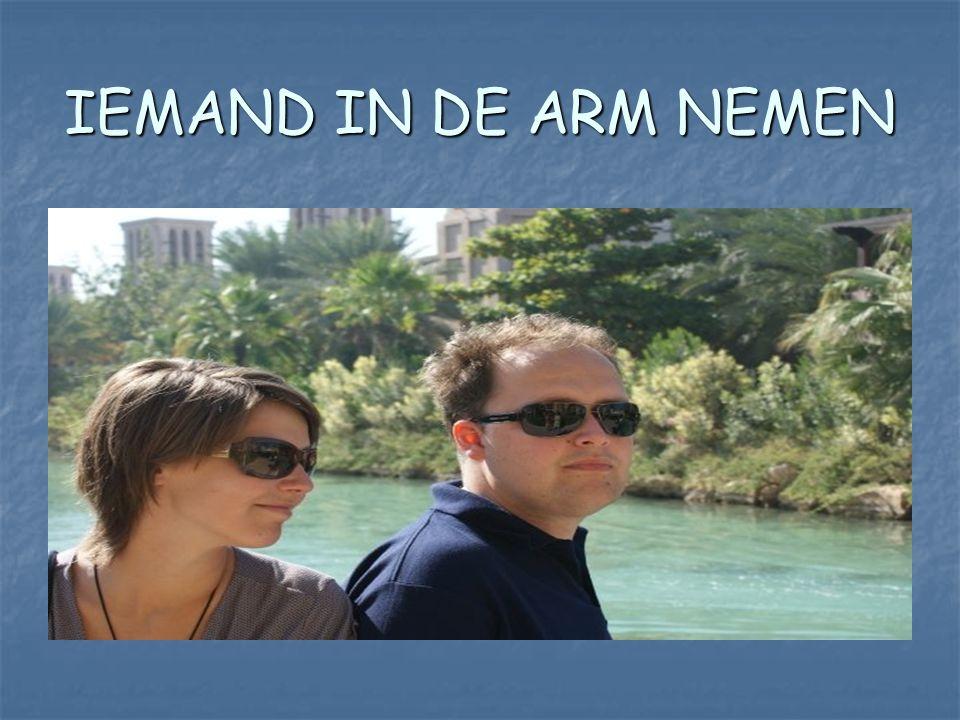 IEMAND IN DE ARM NEMEN
