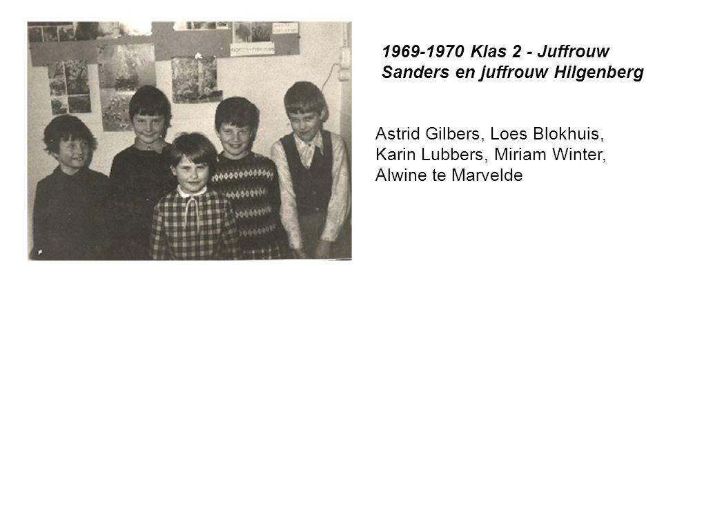 Astrid Gilbers, Loes Blokhuis, Karin Lubbers, Miriam Winter, Alwine te Marvelde 1969-1970 Klas 2 - Juffrouw Sanders en juffrouw Hilgenberg