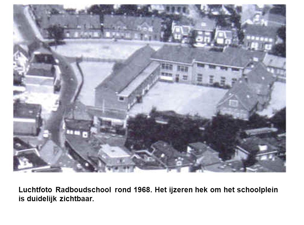 Luchtfoto Radboudschool rond 1968. Het ijzeren hek om het schoolplein is duidelijk zichtbaar.