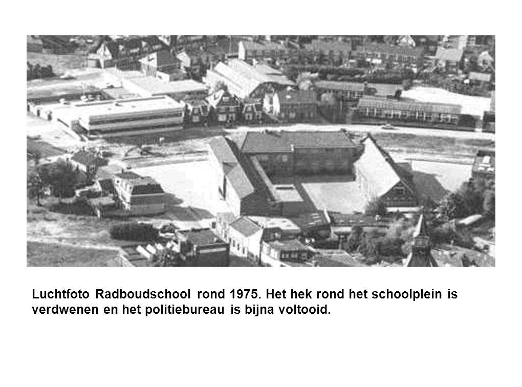 Luchtfoto Radboudschool rond 1975. Het hek rond het schoolplein is verdwenen en het politiebureau is bijna voltooid.