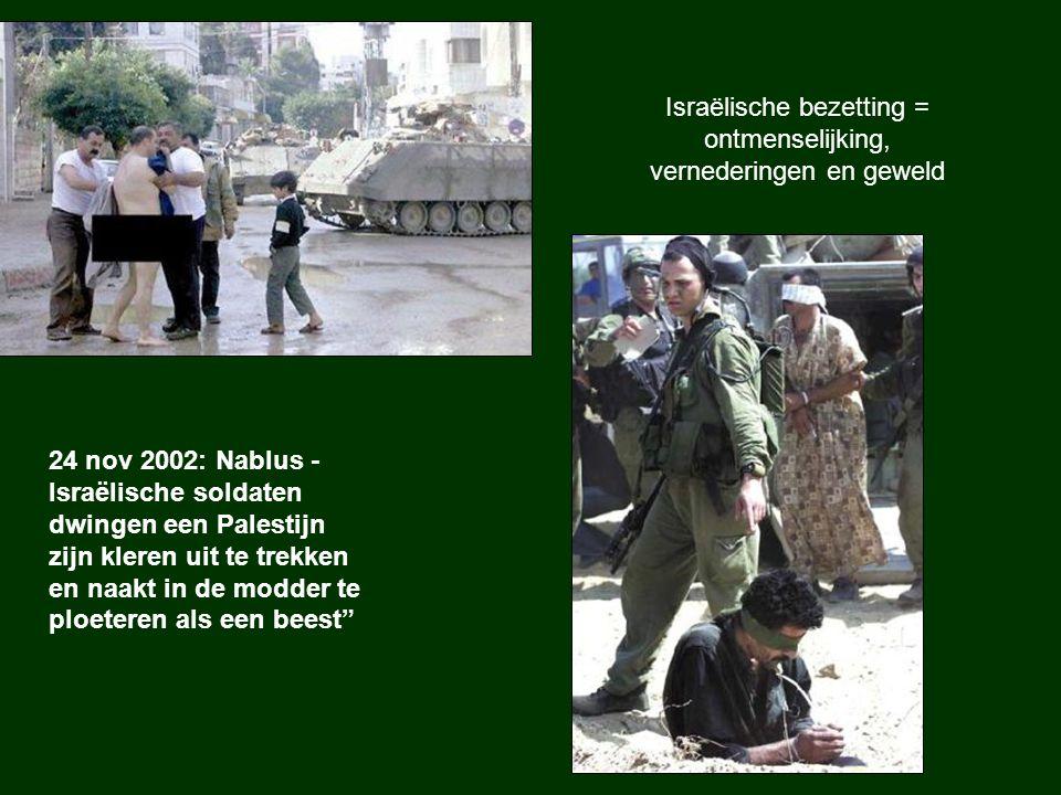 """24 nov 2002: Nablus - Israëlische soldaten dwingen een Palestijn zijn kleren uit te trekken en naakt in de modder te ploeteren als een beest"""" Israëlis"""