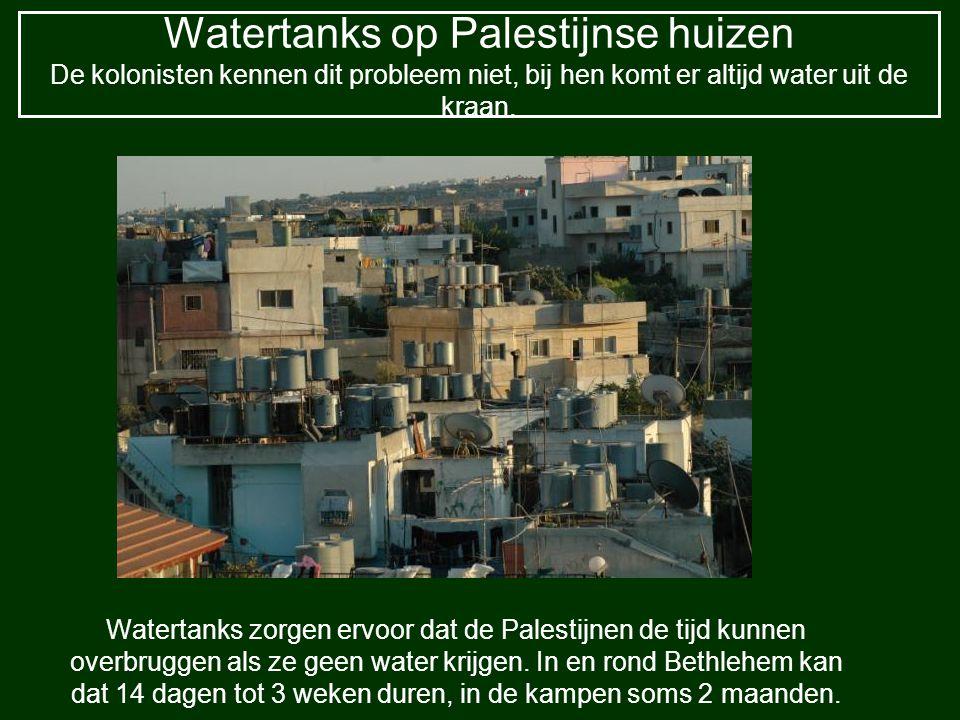 Watertanks op Palestijnse huizen De kolonisten kennen dit probleem niet, bij hen komt er altijd water uit de kraan. Watertanks zorgen ervoor dat de Pa