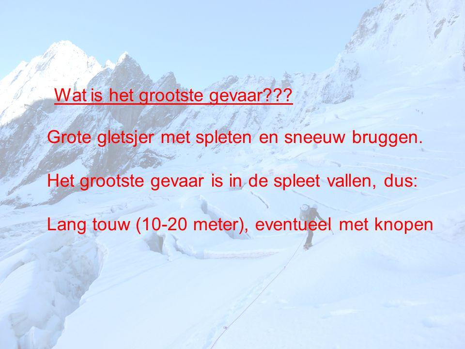 Grote gletsjer met spleten en sneeuw bruggen. Het grootste gevaar is in de spleet vallen, dus: Lang touw (10-20 meter), eventueel met knopen