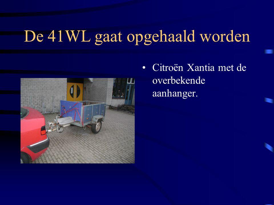 De 41WL gaat opgehaald worden Citroën Xantia met de overbekende aanhanger.