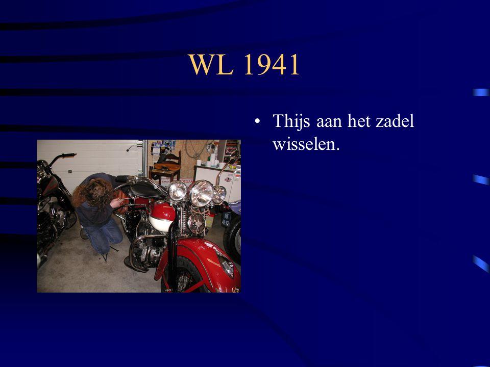 WL 1941 Thijs aan het zadel wisselen.