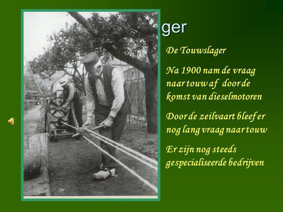 Touwslager De Touwslager Na 1900 nam de vraag naar touw af door de komst van dieselmotoren Door de zeilvaart bleef er nog lang vraag naar touw Er zijn