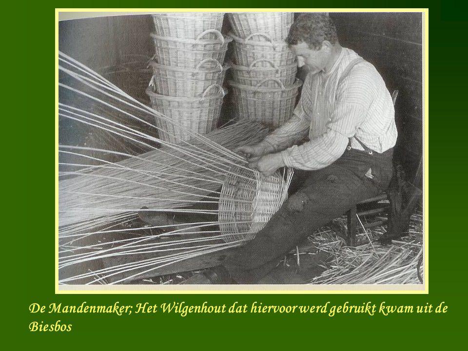 Manden maker De Mandenmaker; Het Wilgenhout dat hiervoor werd gebruikt kwam uit de Biesbos