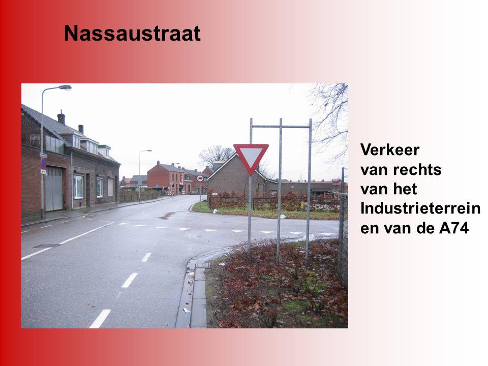 Nassaustraat Verkeer van rechts van het Industrieterrein en van de A74