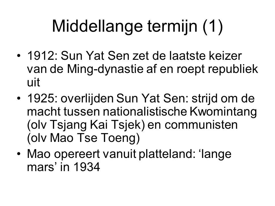 Middellange termijn (1) 1912: Sun Yat Sen zet de laatste keizer van de Ming-dynastie af en roept republiek uit 1925: overlijden Sun Yat Sen: strijd om de macht tussen nationalistische Kwomintang (olv Tsjang Kai Tsjek) en communisten (olv Mao Tse Toeng) Mao opereert vanuit platteland: 'lange mars' in 1934