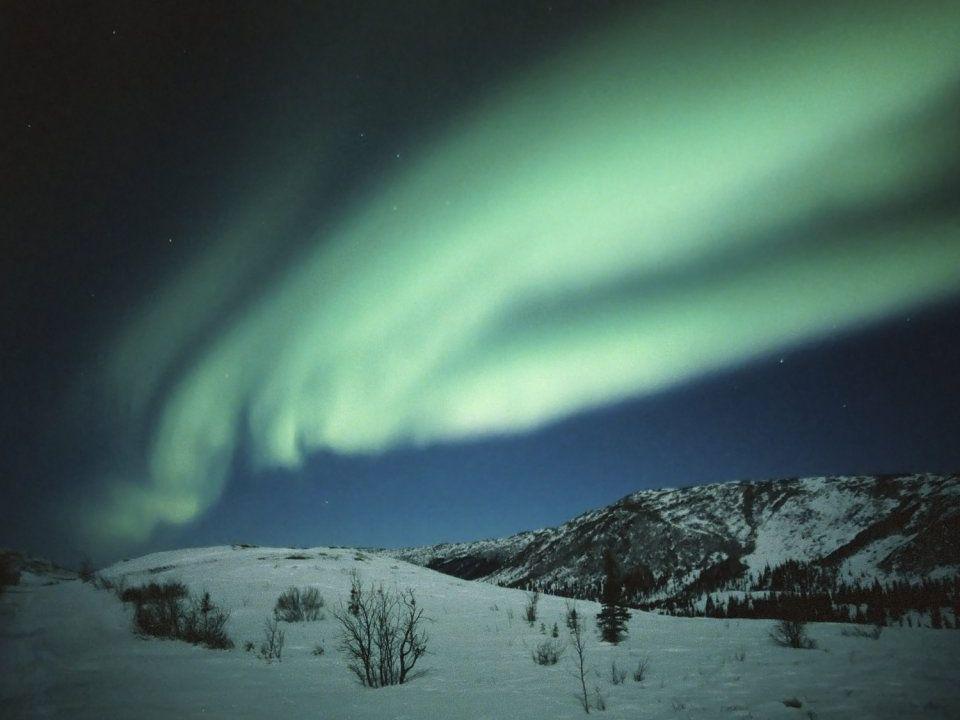 Het poollicht is een fenomeen dat op hoge geografische breedtes 's avonds en 's nachts kan worden waargenomen. Als het poollicht zich voordoet zien we