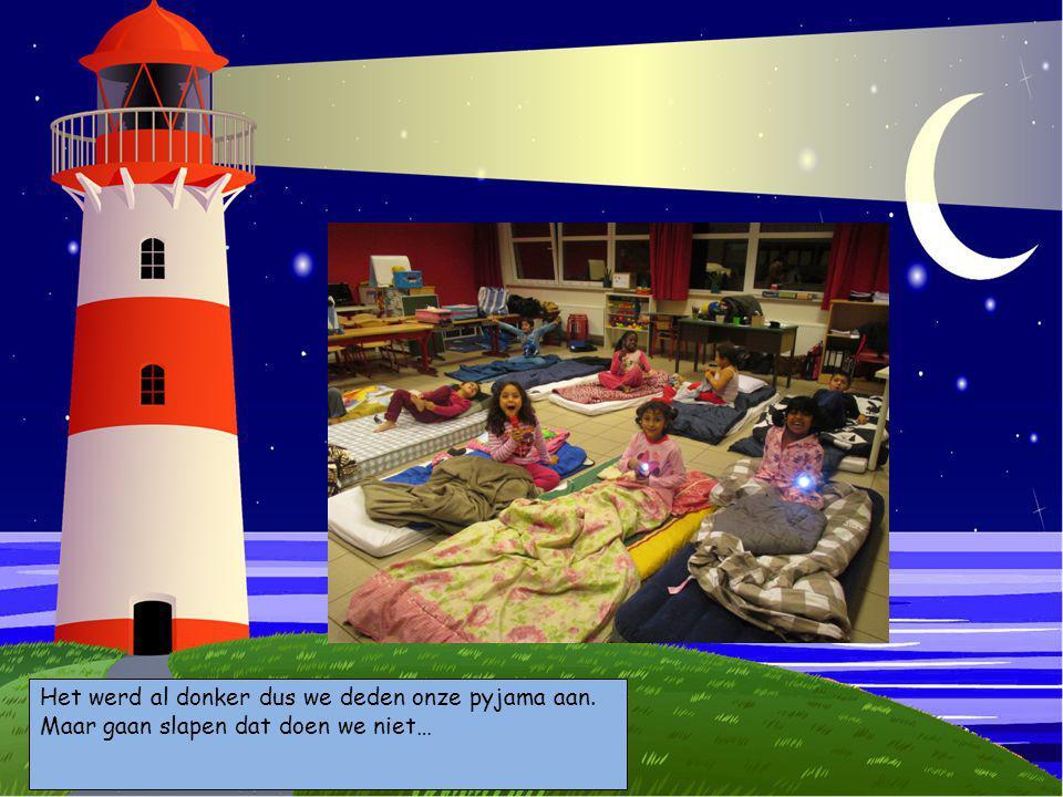 Choose your characters and drag them onto the slide Kies je personages en sleep ze op de prent Het werd al donker dus we deden onze pyjama aan. Maar g