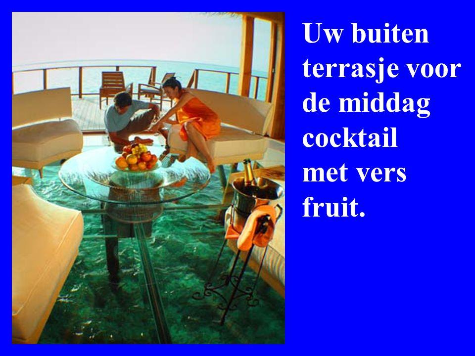 Uw buiten terrasje voor de middag cocktail met vers fruit.