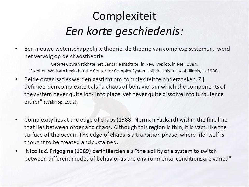 Complexiteit Een korte geschiedenis: Een nieuwe wetenschappelijke theorie, de theorie van complexe systemen, werd het vervolg op de chaostheorie George Cowan stichtte het Santa Fe Institute, in New Mexico, in Mei, 1984.
