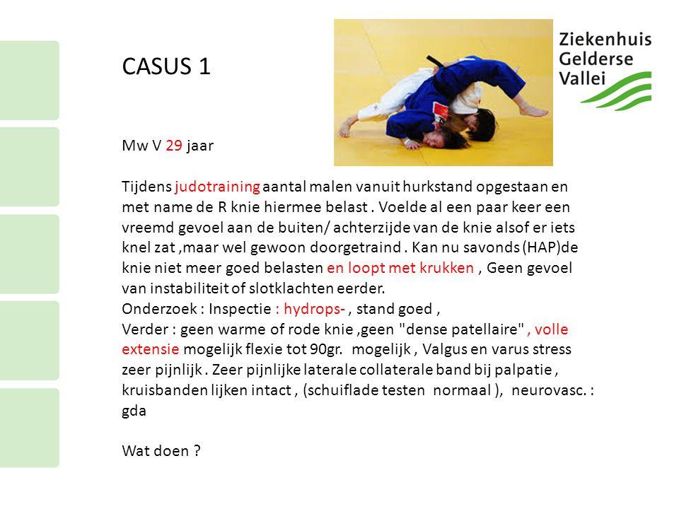 CASUS 1 Mw V 29 jaar Tijdens judotraining aantal malen vanuit hurkstand opgestaan en met name de R knie hiermee belast. Voelde al een paar keer een vr