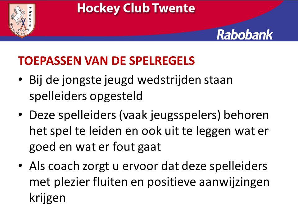 Spelregels en fluiten – Pas de spelregels zodanig toe dat het spel actief blijft en dat er veilig wordt gehockeyed.