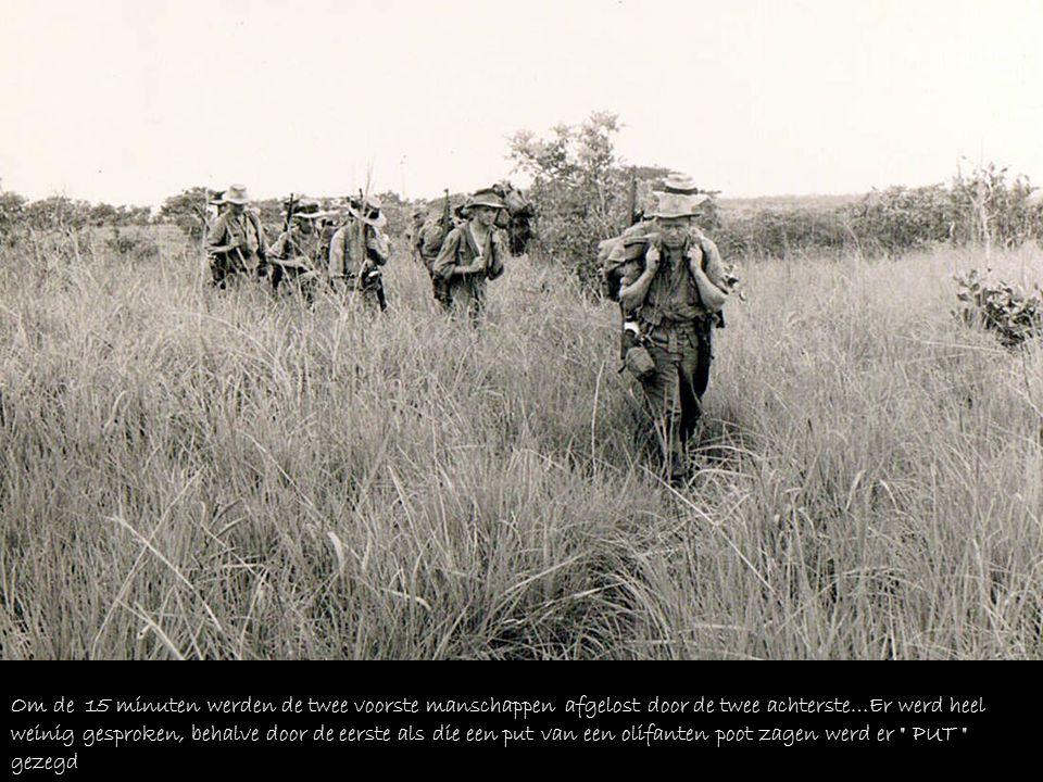 Om de 15 minuten werden de twee voorste manschappen afgelost door de twee achterste…Er werd heel weinig gesproken, behalve door de eerste als die een put van een olifanten poot zagen werd er PUT gezegd