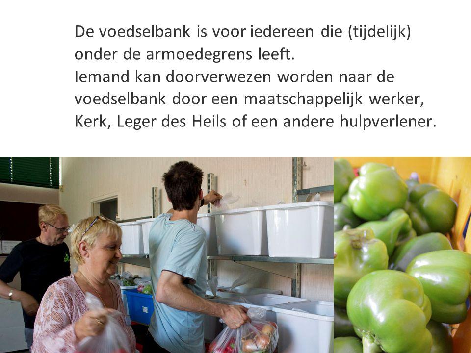 De voedselbank is voor iedereen die (tijdelijk) onder de armoedegrens leeft. Iemand kan doorverwezen worden naar de voedselbank door een maatschappeli