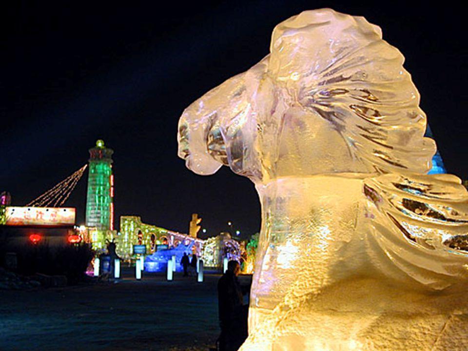 Is het sneeuwfestival eerder een creatieve bezigheid, het ijsfestival is meer een weerspiegeling van de architectuur.