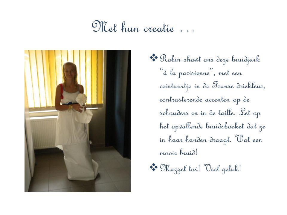 """Met hun creatie …  Robin showt ons deze bruidjurk """"à la parisienne"""", met een ceintuurtje in de Franse driekleur, contrasterende accenten op de schoud"""