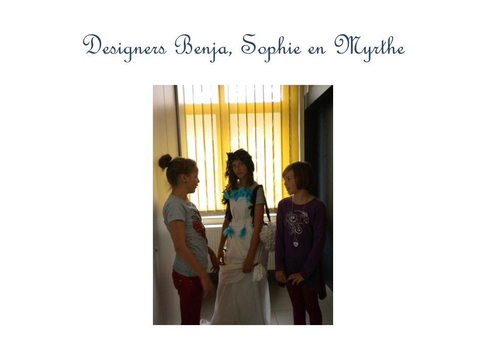 Met hun creatie … Myrthe met deze bijzondere creatie in wit met opvallende accenten in turkoois, dé topkleur van dit seizoen.