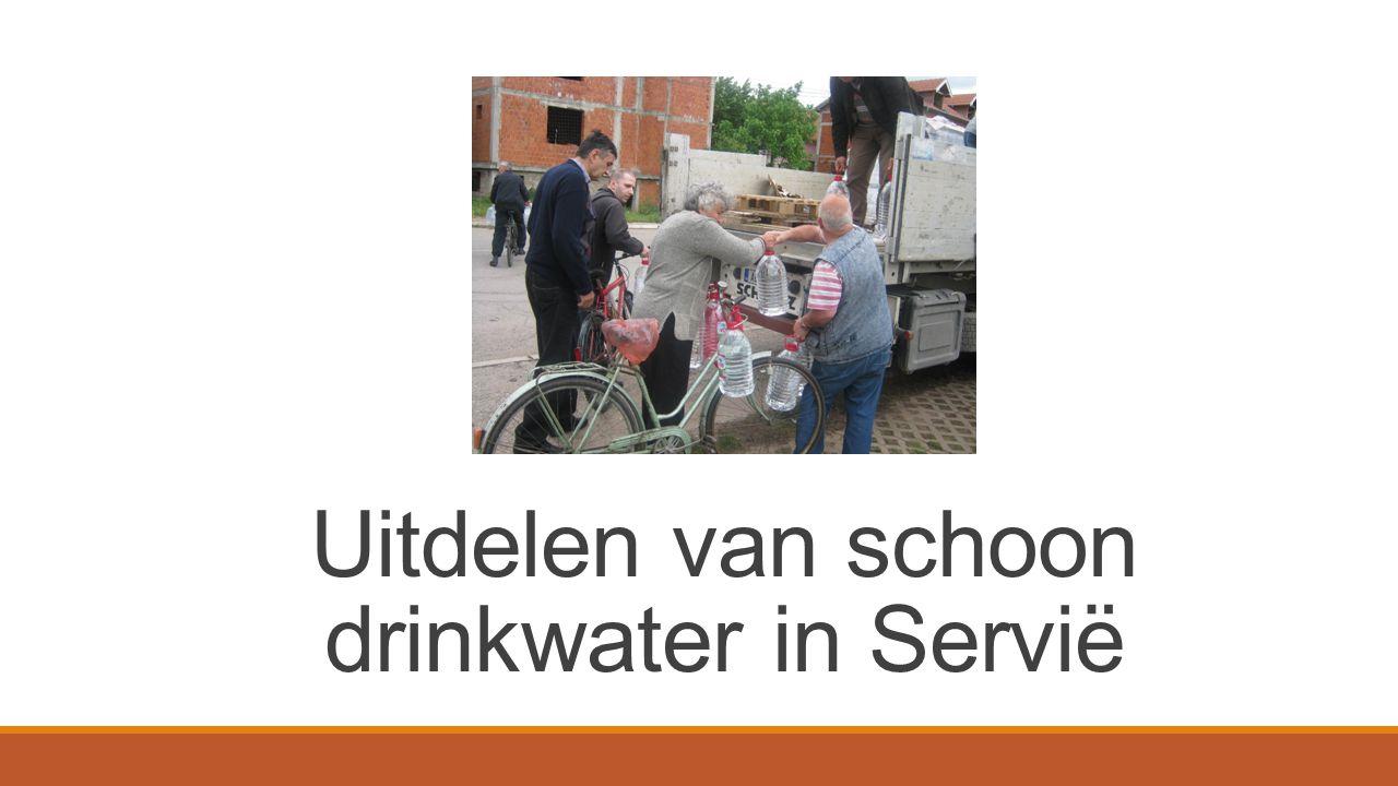 Evangelist Aleksandar Subotin uit Servië heeft eind mei een transport met drinkwaterflessen georganiseerd.