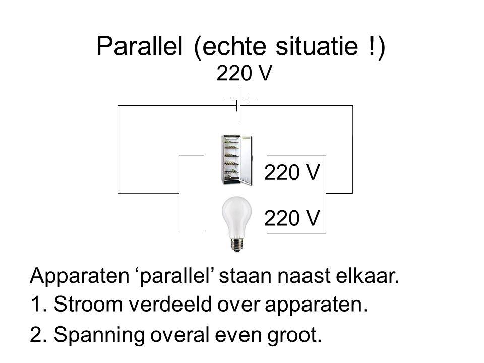 Parallel (echte situatie !) 220 V Apparaten 'parallel' staan naast elkaar. 1. Stroom verdeeld over apparaten. 2. Spanning overal even groot. 220 V