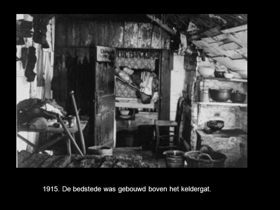 Een kast met daarnaast de bedstee, ingebouwd in een muurkast. Bedsteden werden tot in de 19e eeuw veel gebruikt, vooral op het platteland in boerderij