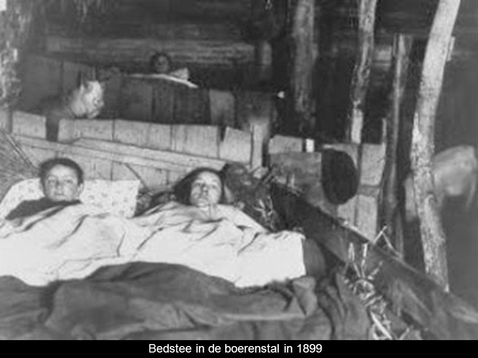 Tot in de 18e eeuw was er één ruimte voor wonen en werken achter de voordeur met aan de zijmuren kleine slaapkamers met bedsteden. De onderste bedstee