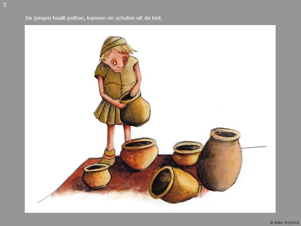 De jongen haalt potten, kannen en schalen uit de kist. 5 © Babs Wijnstra