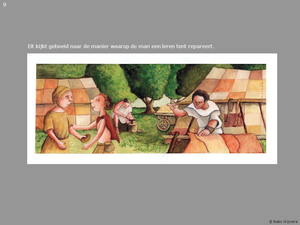 Eit kijkt geboeid naar de manier waarop de man een leren tent repareert. 9 © Babs Wijnstra