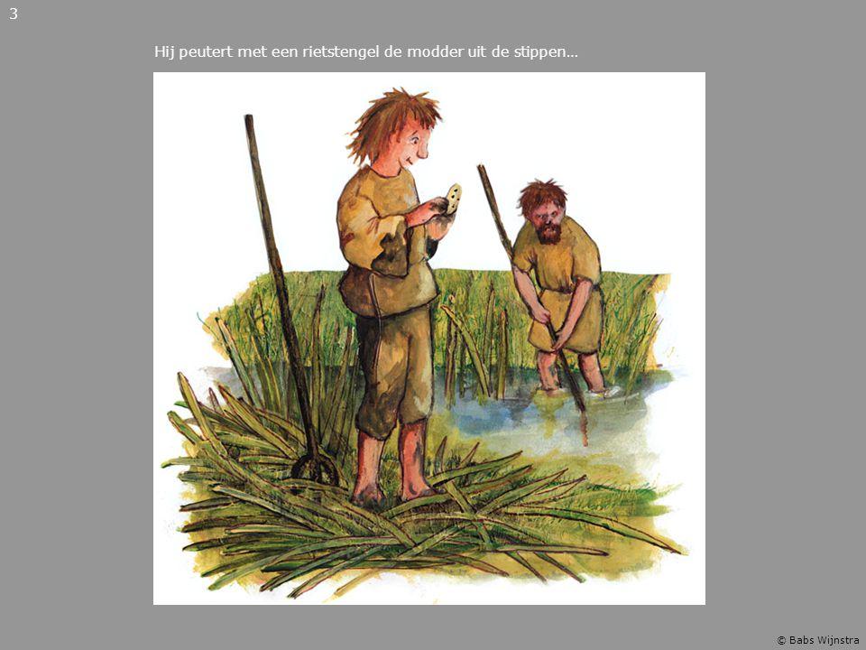 Hij peutert met een rietstengel de modder uit de stippen… 3 © Babs Wijnstra