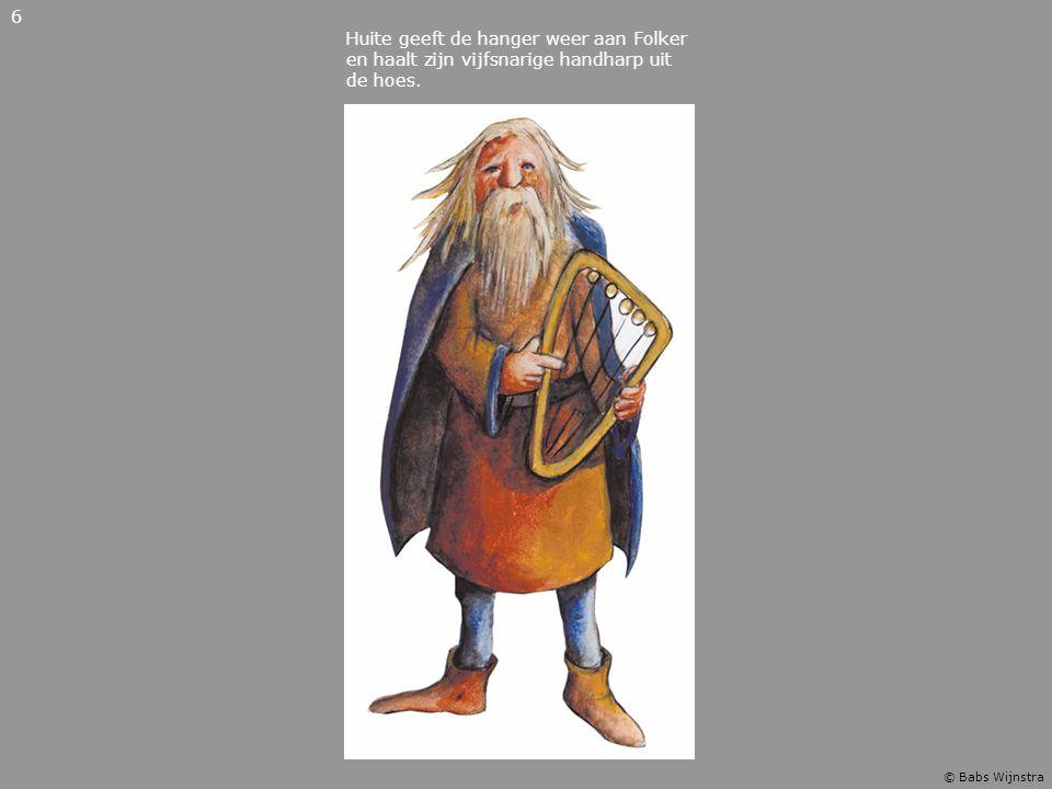Huite geeft de hanger weer aan Folker en haalt zijn vijfsnarige handharp uit de hoes. 6 © Babs Wijnstra