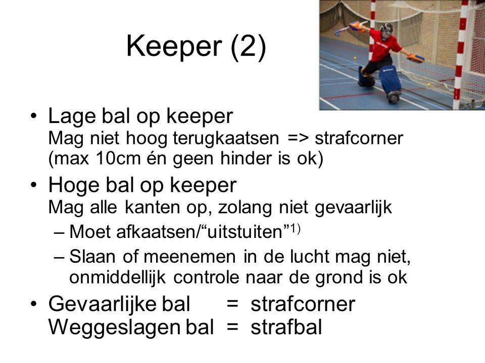 Keeper (2) Lage bal op keeper Mag niet hoog terugkaatsen => strafcorner (max 10cm én geen hinder is ok) Hoge bal op keeper Mag alle kanten op, zolang