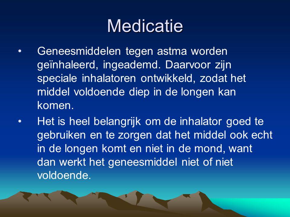Medicatie Geneesmiddelen tegen astma worden geïnhaleerd, ingeademd. Daarvoor zijn speciale inhalatoren ontwikkeld, zodat het middel voldoende diep in