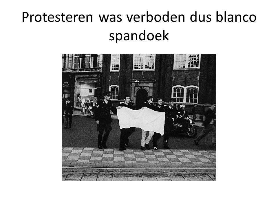 Protesteren was verboden dus blanco spandoek