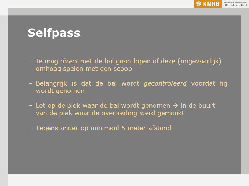 Selfpass –Je mag direct met de bal gaan lopen of deze (ongevaarlijk) omhoog spelen met een scoop –Belangrijk is dat de bal wordt gecontroleerd voordat