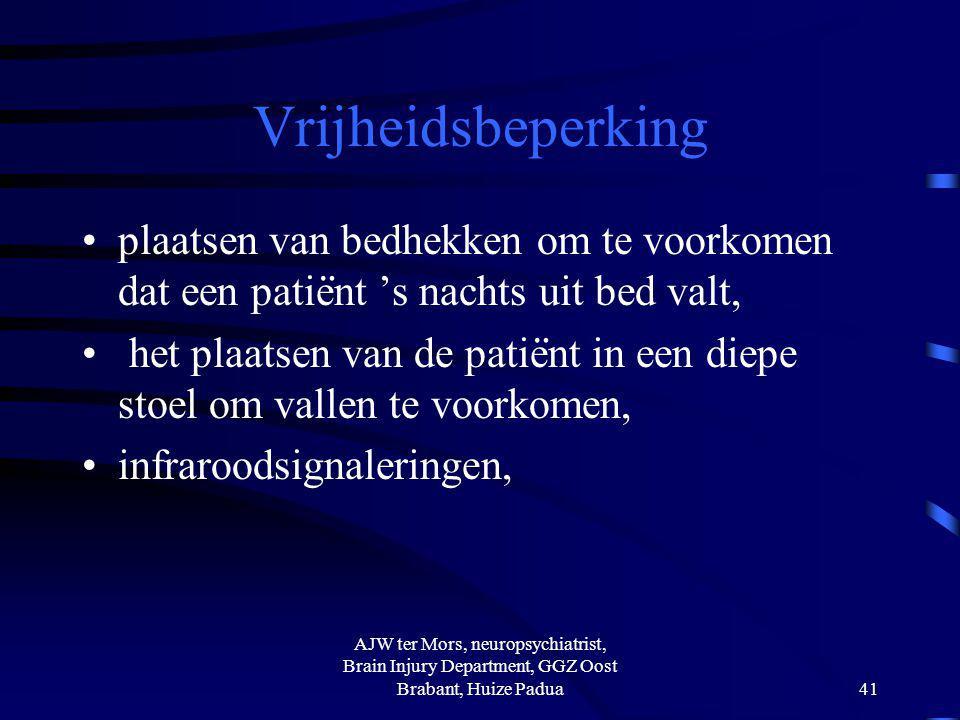 Vrijheidsbeperking plaatsen van bedhekken om te voorkomen dat een patie ̈ nt 's nachts uit bed valt, het plaatsen van de patie ̈ nt in een diepe stoel